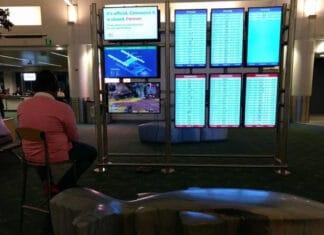Uomo gioca PS4 aeroporto Internazionale di Portaland